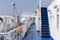 在朝向对芦粟海岛,基克拉泽斯的一艘大游轮的楼梯 免版税图库摄影