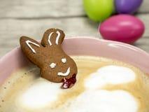 在一杯咖啡的复活节兔子 库存图片