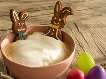 在一个杯子的复活节兔子热的饮料 免版税库存图片