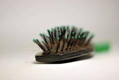 Волосы гребня на сером цвете Стоковое Фото