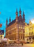 著名城镇厅在鲁汶在晚上在比利时 免版税库存图片