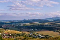 在斯洛伐克使山和河环境美化波普拉德的看法 免版税库存照片