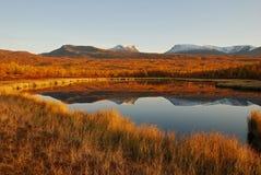 在秋天湖风景附近 免版税库存图片