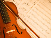 有音乐笔记的小提琴 库存图片