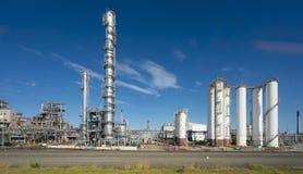 Διυλιστήριο πετρελαίου ενάντια στο μπλε ουρανό Στοκ φωτογραφίες με δικαίωμα ελεύθερης χρήσης
