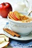 燕麦粥用苹果、蜂蜜和桂香 免版税库存照片