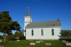 Церковь страны с кладбищем Стоковое Изображение