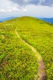 Πορεία βουνών ανηφορική στον ουρανό Στοκ Εικόνες
