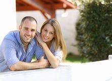 站立在围场的快乐的夫妇 库存照片