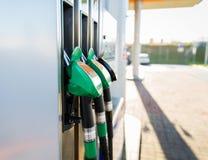Κλείστε επάνω της μάνικας βενζίνης στο βενζινάδικο Στοκ φωτογραφίες με δικαίωμα ελεύθερης χρήσης