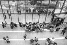 伦敦,休息和享受伦敦全景的天空咖啡馆的人们 免版税库存图片