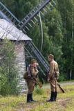 第二次世界大战的两位苏联战士在风车附近的 库存图片