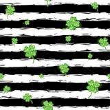 绿色闪烁的三叶草离开样式 免版税库存照片