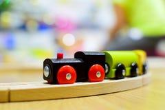 木五颜六色的精密玩具的培训 玩具细节 免版税图库摄影