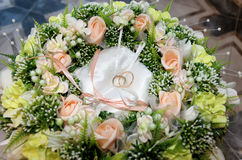 在花中的两个婚戒 免版税库存照片