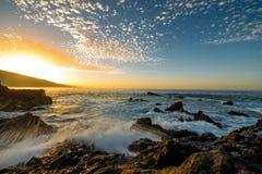 岩石海岸的海洋 免版税库存照片