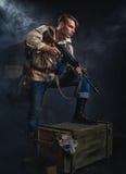 Οπλισμένο άτομο με ένα πυροβόλο όπλο κυνηγός Στοκ εικόνες με δικαίωμα ελεύθερης χρήσης