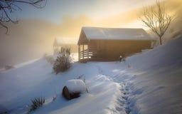 原木小屋在冬天 免版税库存图片