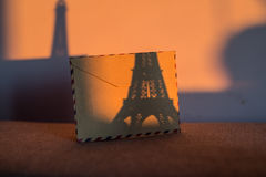 与艾菲尔铁塔小雕象的空的葡萄酒卡片  库存图片