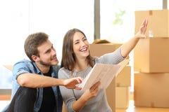夫妇计划装饰,当移动在家时 免版税库存图片