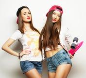 两位女孩溜冰者 免版税库存照片