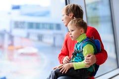 家庭旅行父亲和儿子在机场 免版税库存图片