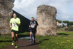 突然显现的马拉松的竟赛者,罗马,意大利 库存图片