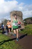 轨道的竟赛者在突然显现的马拉松,罗马,意大利 免版税库存照片