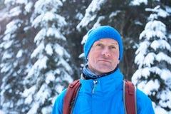 远足者画象在冬天森林里 免版税图库摄影