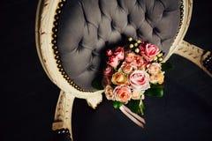 在豪华椅子的美丽的婚礼花束 免版税库存图片