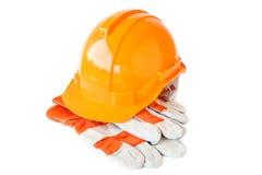 皮革工作手套和安全帽子在白色背景 库存图片