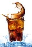 从在一杯的冰块飞溅可乐,被隔绝在白色背景 免版税图库摄影