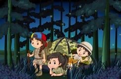 Девушки располагаясь лагерем вне в лесе на ноче Стоковое Фото