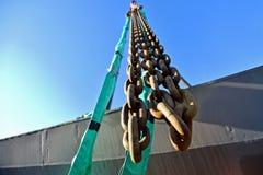 Сверхмощная промышленная цепь на кране конструкции Стоковая Фотография