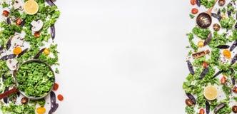 健康烹调的新鲜的无头甘蓝和菜成份在白色木背景,顶视图 免版税库存图片