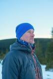 远足者人在冬天森林里 免版税图库摄影