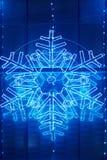 在一个大厦门面的圣诞灯装饰在蓝色口气 库存图片