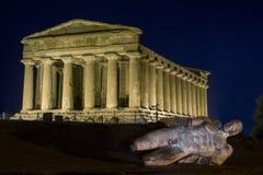 寺庙在阿哥里根托夜在西西里岛-意大利 免版税库存图片