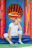 从比赛软的屋子的疲乏,但是愉快的三岁的女孩 免版税库存照片