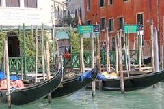 意大利威尼斯 长平底船 库存图片