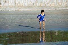 男孩跑到海 免版税库存图片