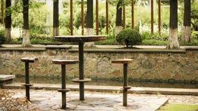 Ξύλινοι καρέκλα και πίνακας κολοβωμάτων Στοκ εικόνες με δικαίωμα ελεύθερης χρήσης