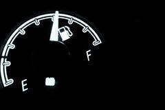在汽车里面的燃料级别检查 免版税库存照片