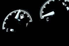 在汽车里面的燃料级别检查 免版税图库摄影