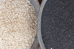Черно-белое семя сезама с маковыми семененами на рынке Стоковая Фотография RF