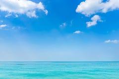 蓝天和海在芭达亚泰国 免版税库存照片