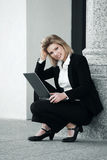 有膝上型计算机的年轻女商人在办公楼 图库摄影