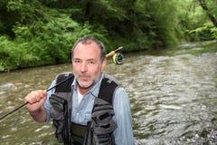 Старший рыболов запальчиво о рыбной ловле реки Стоковые Фото