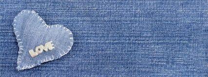 Сердце джинсовой ткани с влюбленностью слова на ей Стоковая Фотография