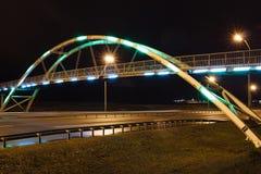 曲拱桥梁在晚上 免版税库存照片